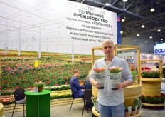 Denis Kolpakov of Da!Rosa presenting two of their 12 Kordana potted rose varieties. This Russian grower is broadening its assortment with imported flowers and is planning to increase their productino as well. They will open two new greenhouses next season. More on this later in FloralDaily.