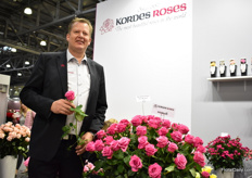 Gran Basjes of Kordes Roses presenting Kiss Me Kate. It is a new pink cut rose variety that is currently being grown by Dutch grower van Hulst. The stem length is 70 and has a large head. Kordes is presenting this new variety for the first time to the Russian growers and they seem to be very interested in planting this new variety.