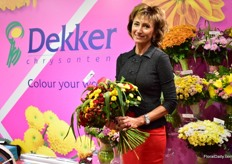 Lyana Odinokaja of Dillewijn Zwapak presenting one of the many bouquets that Dekker Chrysanten had on display.