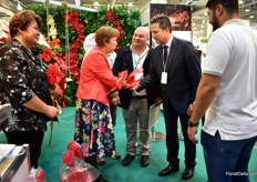 Venuzuelan farm Agromarina receiving the price for their Anthurium variety Fire/Calisto from tNadezhda Grigorieva is the general director of GreenExpo Exhibition Company and the Director of the FlowersExpo and in the presence of Venezuelas ambassador to Russia, Carlos Rafael Faria Tortosa,.