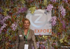 Nina showing us her beautifull flowerwall that was designed by Roma Steinhouwer from Floral Design bv who did both stands.