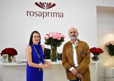 Andrea Grijalva of Rosaprima and Pedro Requena of Continental Breeding. Rosaprima grows Mayra Pink, a variety of Continental Breeding, and this variety won the award Best in Class- Garden Roses - at the SAF convention 2018.