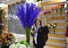 Lourdes Reyes of Ball proud of the Florisol, how they make up the more use of their delphinium. Take a look at the size and the color of the delphiniums in the vase and compare it with the one Lourdes is holding.