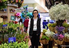 Catalina Guacaneme of La Plazoleta presenting a part of their assortment at one of their big US clients Jolo Flower. This Colombian grower supplies them with limonium, statice, solidago and snapdragons.