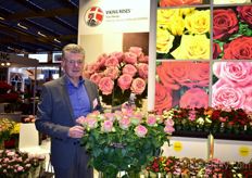 John Pouw of Viking roses presenting Rosa Loves Me Tender. He has high expectations of this variety and the reactinos at the show were good.