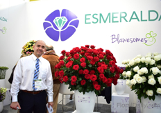 Juan Carlos Davalos of Esmeralda Farms. They supply their flowers to the US and Canada via Connectaflor and to the rest of the world via Blawesomes.