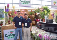 Leopol de Rojas and Eduardo Melendez of Coatepec Depot. They supply several kind of flowers; dendrobium, phalaenopisis, anthurium, cymbidium, bromeliad, vanda. Besides that, they also distribute supplies from, among others: T.O. Plastic and Svennson.