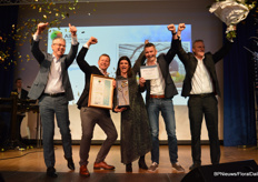And this is what it was all about: Gediflora was crowned International Grower of the Year. Steven Schilfgaarde, CEO Royal FloraHolland (the main sponsor of the event) presented the award.