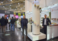 Cees Bronkhorst and Ronald Lamers of SierteeltSales with the artistic and hand-crafted amaryllis bulbs of their client Amaryllis Unique.