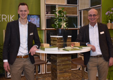 Johan v. Eckeveld and Rene Ratterman of Van Nifterik are busy working out the natural look of their products, as we can see from the bamboo rack at the table.