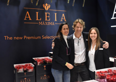 Carmen Juan-Aracil, Will Zuiderwijk and Mar Parra of Aleia Roses with their new Maxima. This rose was introduced a week before and promises a head of 6 cm.