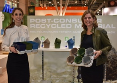 Lisa v. Koningsveld with Francis Schrama showing the new Modiform concept: EcoExpert, an alternative to plastic.