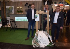 Jorik Homerson, Marinus Schuurbiers & Martin Wigger with Agro de Arend show the Lite-Net, designed especially for lone pines.