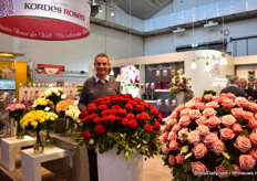 "Otto Hartlieb of Kordes Roses presenting their new red variety Con Amore. It has just been planted in Ukraine and Russia and the reactions so far are very positive. ""It has a nive color, nice shape, good and easy production. Russians really like this color"", he says."