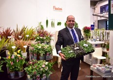 Michael Unger of Fleurizon presenting their ranuculus. Just before the show, the team of Fleurizon celebrated his 10th anniversary at the company.