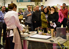 During the exhibition, Eveline Wild hosted a demonstration where she showed how to incorperate the edible roses of Pheno Geno into bonbons and chocolate.