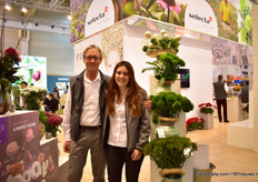 Andre Lek and Daniela Navarro of Selecta One presenting the Kiwi, one of their highlights at their cut flower part of the booth. According to Navarro, this variety is doing very well on the clock.