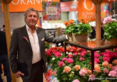 "Ted van Dijk of Dümmen Orange with the Green Idols pelargonium series. First, they had two series (Summer Idols en Green), which they now merged together. ""We've put the ones with the same growing habits together."""