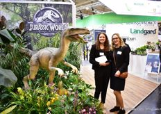 Nele Mahler and Sophia Schrours of Landgard next to the new sales concept Jurrassic world. The concept consists of exotic and green plants. naast hun nieuwe verkoop concept Jurrassic world. H