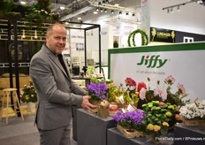 Axel Hallum of Flroacup presents the Jiffy paper and waterproof pot. Last year, they trialed the pot at 3Danish nurseries and the reactions were very positive. Gartneriet  Tvillingaard will supply part of their production in these pots this year.