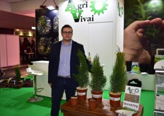 Giancarlo Bercigli of Agri Vivai presenting 3 different types of biomulching for pots.