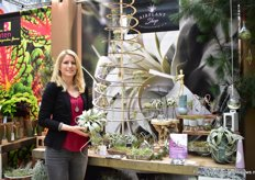 Marleen Zeeman of Airplant Shop presenting a plant that grows in the air, the Tillandsia. This natural alternative for the Christmas ball and many other natural decoration ideas are supplied and presented by Airplantsshop.nl.