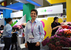Sandra Medina of Geoflora started to export to China last year and is present at the Hortiflorexpo China for the first time. According to Medina, their new Pon Pon type and theur new Thrill series (new color, see the carnation on the right) attract a lot of attion.