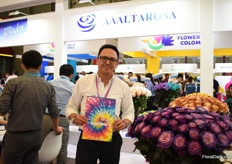 "Ricardo Canelos presenting the AALTAROSA line, which consists of painted, dyed and ""speaking roses"" (roses with a logo). Three years ago, at the time they also started to tint their roses, they started exporting to China and they are growing slowly and steadily.  ""Tinting of the roses was key to enter the market."" Later, in 2018, they started to paint the flowers."