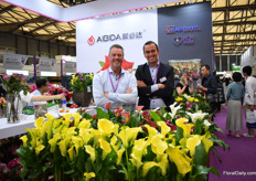 Rob de Vries and Len Kapiteijn of Kapiteyn Flower Bulbs presenting their products at their Chinese partner KCH.