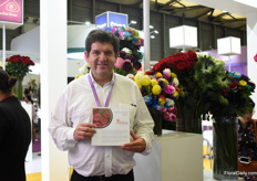 Alvaro Espinosa of Dona Natalia presenting his flowers at the Pro Ecuador pavilion. They are supplying the Chinese market for 2 years now and they are eager to increase their volumes to this country.