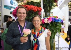 Guillermo and Mariana Bustamante of Sacha Rose presenting their painted and natural roses. They are one of the highest farms in Ecuador and are based at an altitude of 3,200 meters above sea level. This enables them to produce large head sizes and long stems. Their current main market is Russia, but according to Guillermo, this market is not always stable and the Chinese is growing. That's why they are exploring the Chinese market for several years now.