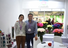 Francesco Torri and Vera Fong (interpreter) of Cananville. He presented his roses at the Expoflores booth and is eager to increase his sales volumes to the Chinese market. They started to supply this market in 2014.