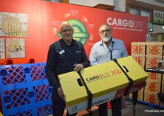 John Kowarsky and Amnon Zamir of Cargolite presenting their new box Cargolite XL. The box is a bit wider which results in a 10 percent extra capacity on the same pallet. They are showing the prototype to gather feedback and to see if there is a market for this product.