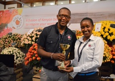 Nicholas Kadiri and Jennifer Mburu of Sian roses presenting their golden award in the category best spray roses.