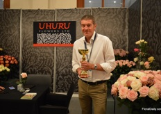 Ivan Freeman of Uhuru Flowers presenting the golden award he received in the category standard roses.