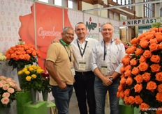 Sidd, Alessandro and Andrea of NIRP International next to their orange varity Copacabana. This true orange variety performs well on low and high altitudes.
