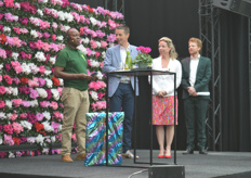 Except here in Wilp, Schoneveld has a production location in Tanzania. On behalf of the employees there, Akson said a few words and offers Peter and Daniëlle a gift. There are two paintings in the package - and they will undoubtedly get a nice place in the new company.