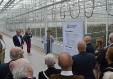 Then the tour - in ten different groups. Much has been invested to meet all sustainability requirements, says Jolanda Veenhof-Tas. For example, the water cycle is completely closed and there will be another solar field, which will have to fulfill its own energy demand. The whole of greenhouses is surrounded by a corridor, as in the test greenhouses of the WUR in Bleiswijk, with which an effective climate buffer has been created.