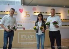 Vincent Verbaeys, and, Elien Pieters and Rene De Hoed presenting their news series of ball-shaped chrysanthemums in small pot size (9-13cm); Souls Sisters. The series consists of 6 colors and have been introduced this year. According to Verbaeys, the demand is surpassing their expectations and the easy cultivation (no pinching needed and almost no PGR's), the uniformity and the short cultivation period (10 weeks) are probably important reasons for the high demand. On top of that, with their POS material, which is optional, they try to attract the younger generation.