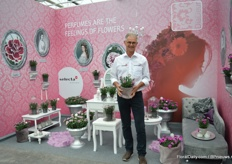 Henk Dresselhuys of Selecta one presenting DiaDeur, one of the three marketing concepts that followed out of their successful Pink Kisses marketing concept. DiaDeur is a concept with scented Dianthus.