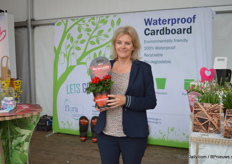 Henriette Hulsebosch of Flora MGB presenting the waterproof cardboard, available in labels, potcovers and packaging at the site of Florensis.