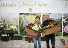 For the second time this year, Roses Forever at MNP Flowers. In the picture breeder Rosa Eskelund with Dutch Rose grower Ad van Marrewijk of BM Roses. They are holding a box of new roses selected by Ad van Marrewijk to trial in his greenhouse. For several years, he grows the Roses Forever roses and Infinity roses of Roses Forever.
