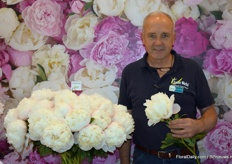 Daan Kneppers from GreenWorks with Colonel Owins Cousins. One of their biggest white Peony and because of the price also really exclusive.