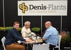 There was a good conversation going on at the stand of Denis-Plants. Lukas van Evercooren at the left together with Bart Sambaer in the middle, and the customer at the right side.