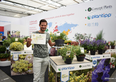 Peter Rijssen of Plantipp proudly showing the award they won for the clematis Clematis Zo14100(Little Lemons).