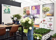 Lendert de Vos of Lendert de Vos with the Hydrangea paniculata 'HYLV02 (Whitelight), one of the two varieties that were, next to Little Lemons, crowned with the golden award. Also Buddleja 'SRPBUD989' (Blue Sarah) of Lendert de Vos received a Golden Medal. In Reewijk, the Netherlands, the plants are bred and grown.