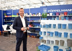 Ronald Vreugdenhil of Pöppelmann presenting the Pöppelman blue concept, which is now also available in the color Taupe.