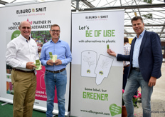 Mike Sutton, Jan Marc Oosting (who are holding the SmartCups) and Nico Kok (presenting their non-plastic labels) of Elburg Smit. For over 15 years, they are selling their labels in the UK and their flower bulb packaging for over 50 years.