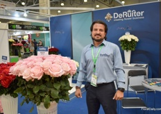 "Marcelo Vallejo of De Ruiter Ecuador next to Rhoslyn, an exclusive variety. According to him, the option to buy flowers in the supermarkets and online lowers the quality and perception of the rose. ""In Ecuador, we grow quality, but often this is not visible when flowers are damaged in the supermarket."""