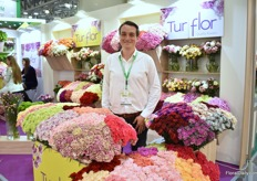 Diego Celandia of Turflor presenting their colorful Colombian grown carnations.